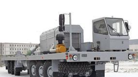Ogromny pojazd do przewozu sprzętu wiertniczego