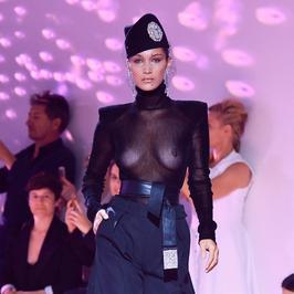Bella Hadid pokazała piersi na pokazie mody