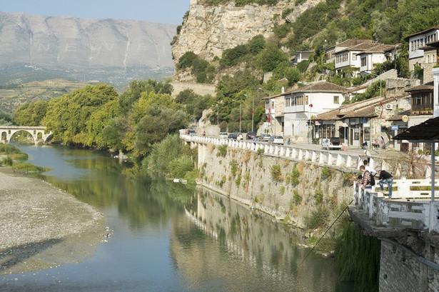 Berat Berat znajduje się w środkowej części kraju, nad rzeką Osum. To jedno z najstarszych albańskich miast, którego rozkwit przypada na czasy panowania Imperium Osmańskiego. Ze względu rozsianą po całym wzgórzu miejską zabudowę z tamtego okresu, i wrażenie jakie można odnieść spoglądając na nią z dystansu, Berat znany jest dziś jako Miasto Tysiąca Okien. Charakterystyczna mieszanka architektury osmańskiej i albańskiej wpisana została na listę światowego dziedzictwa UNESCO (2008 rok). Główną atrakcją turystyczną Beratu jest 140-wieczny zamek Kalaja, który, mówiąc precyzyjniej, jest twierdzą leżącą pod miastem. Trudno o lepszy punkt widokowy. W drodze do wciąż zamieszkałej cytadeli można podziwiać muzułmańską dzielnicę Mangalem, dzięki której miasto zyskało swój przydomek. W Beracie warto też odwiedzić Meczet Królewski, jedyny budynek sakralny, który przetrwał Rewolucję Ideologiczną i Kulturalną, w skutek której pod koniec lat sześćdziesiątych państwo przejęło wszystkie budynki świątynne. Meczet został wybudowany za panowania sułtana Bajazyda II w 1495 roku. Stanowił centralną część kompleksu świątynnego, który składał się z szkoły muzułmańskiej, medresy, biblioteki oraz dobudowanego później XVIII-wiecznego klasztoru.Źródło: r.pl/albania