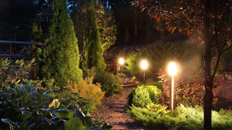 Oświetlenie w ogrodzie powinno być funkcjonalne -  Anterovium/stock.adobe.com