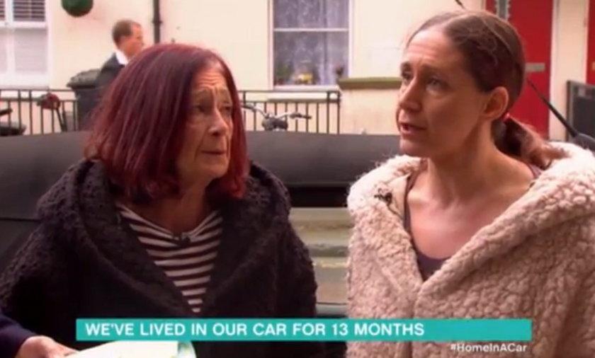 Straciła pracę. Zamieszkała razem z matką w samochodzie