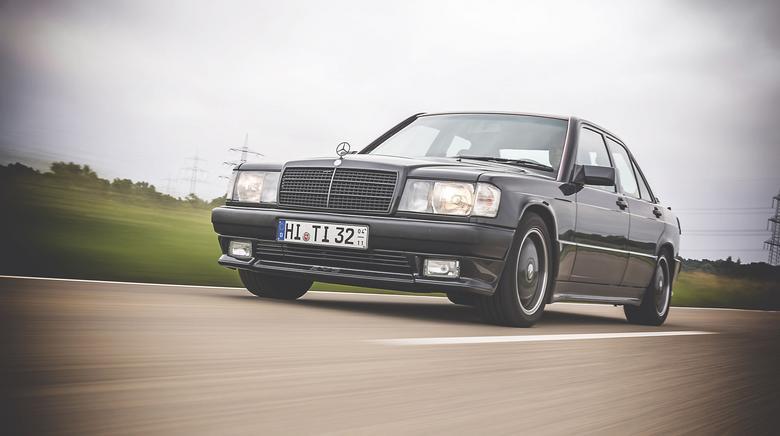 """W swoich czasach był najmniejszym Mercedesem. AMG wszczepiło mu 3,2-litrowy silnik i podrasowało wygląd. Modyfikacje uczyniły ze """"190-ki"""" zupełnie inne auto."""