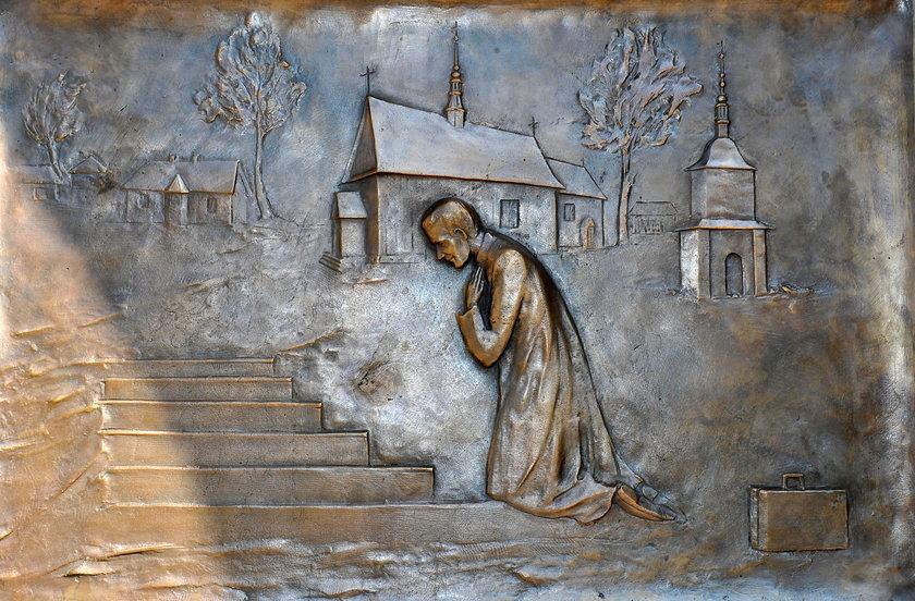 Drzwi upamiętniające papieża w Niegowici