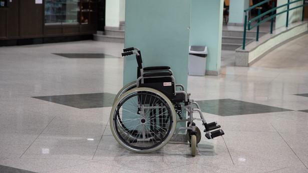 Wózek inwalidzki na korytarzu szpitalnym