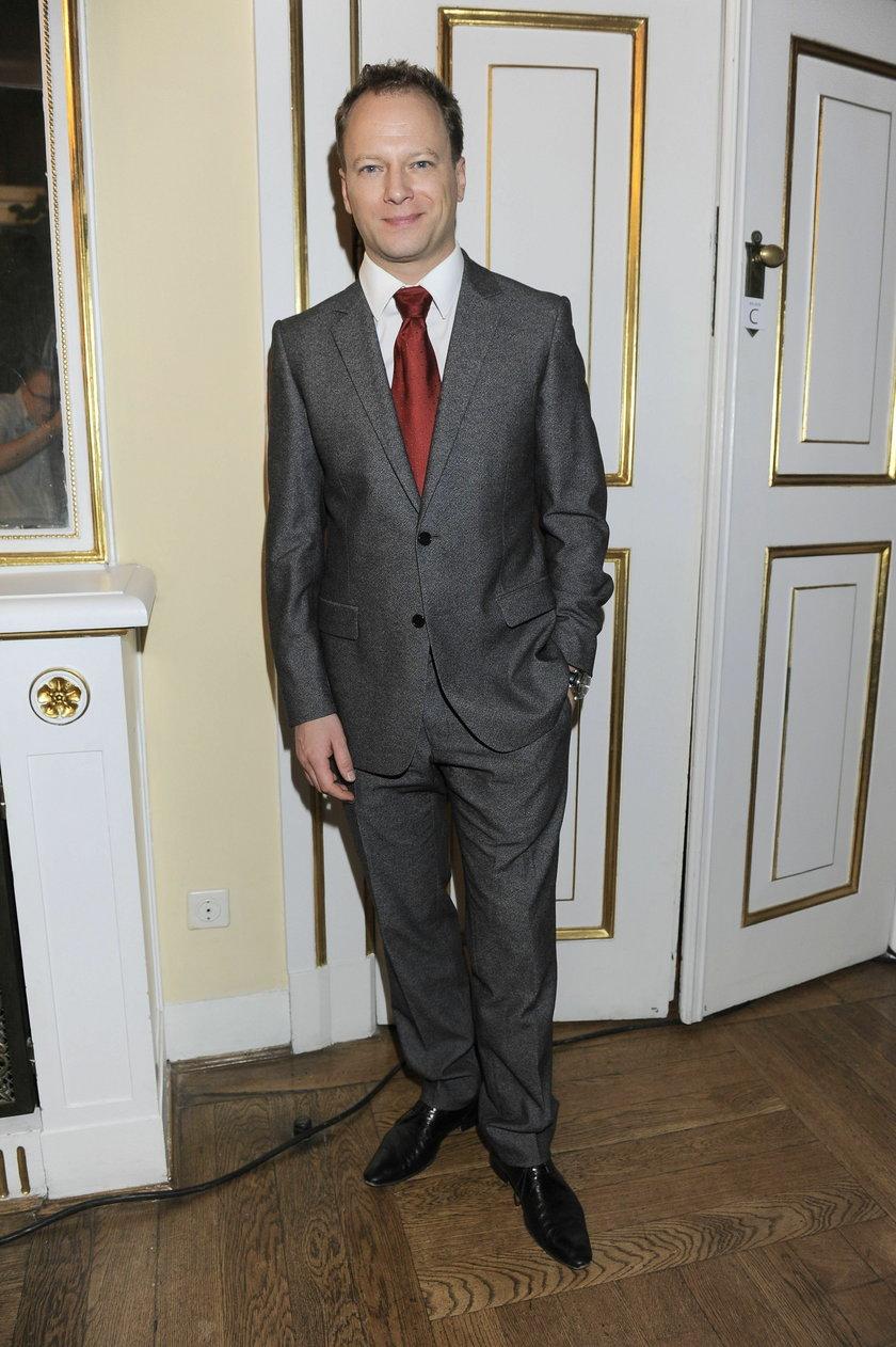 Maciej Stuhr w garniturze