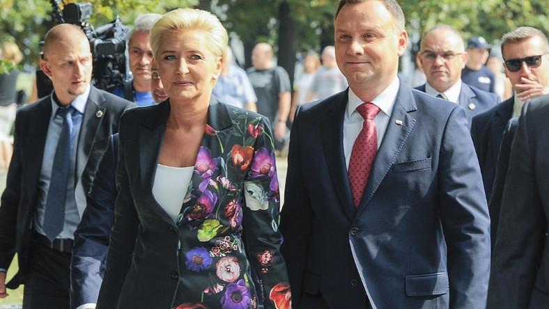 """Para prezydencka wzięła wczoraj udział w narodowym czytaniu """"Przedwiośnia"""" w Ogrodzie Saskim w Warszawie..."""