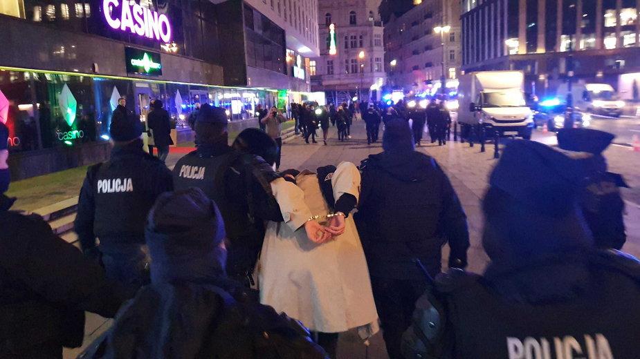 Zatrzymanie demonstranta 18 listopada przed siedzibą TVP