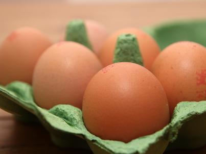 Cyfry na każdym jajku pozwalają m.in. ustalić fermę, z której pochodzą