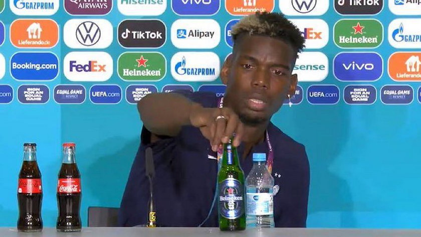 Paul Pogba w trakcie konferencji prasowej zdjął ze stołu butelkę piwa Heineken