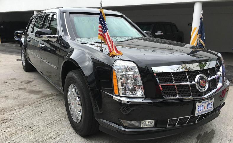 Cadillac One, czyli Bestia. A w tle bardzo podobna limuzyna. Auto będzie wykorzystywane w orszaku przez Secret Service - możliwe że jest opancerzone, wtedy posłuży do ewentualnej ochrony przed atakiem najważniejszego pasażera.