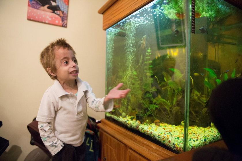 Finley podziwia rybki