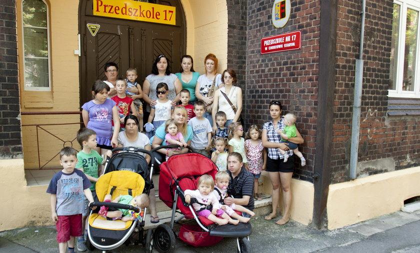 Wiec matek z dziecmi w obronie odwolanej dyrektor przedszkola na 17 w Chorzowie p