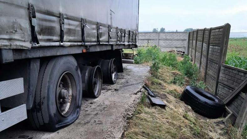 Piorun uderzył w ciężarówkę, eksplodowały opony