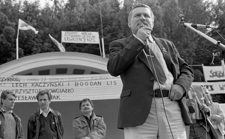 1 czerwca 1990 roku. Lech Wałęsa przedstawia kandydatów Solidarności w wyborach