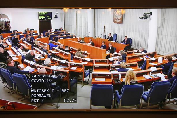 Senat zaproponował w nocy z poniedziałku na wtorek kilkadziesiąt poprawek do specustawy o wsparciu firm w związku z epidemią koronawirusa. Jedna ze zmian zawiesza pobór podatków od przedsiębiorców na czas trwania epidemii.