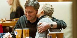 Krzysztof Ibisz przytula się z ukochaną w kawiarni