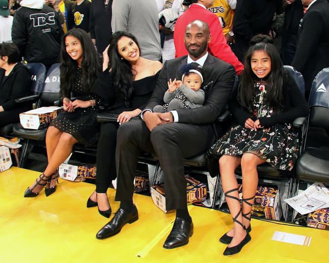 Kobi na zvaničnom opraštanju od dresa  Lejkersa 2017. u Los Anđelesu, sa suprugom i ćerkama, najmlađa Kapri rodila se pre sedam meseci