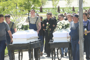 MUK U BANJALUCI Majka i sin sahranjeni u belim kovčezima, otac u suzama: Za 10 minuta OSTAO BEZ CELE PORODICE