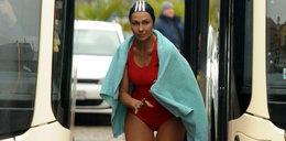Anna Popek morsuje przy autobusie