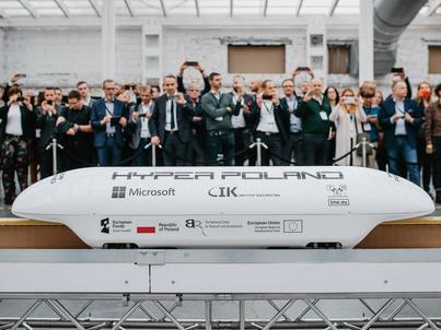 Polska firma Hyper Poland zademonstrowała niedawno w skali 1:5 technologię magrail. Na liniach kolejowych, po których pociągi są w stanie poruszać się z prędkością do 160 km/h, pojazdy typu magrail są w stanie osiągnąć prędkości do 300 km/h, a na liniach Kolei Dużych Prędkości - do 415 km/h. Hyperloop to technologia, która ma pozwolić przemieszczać się z prędkością ponad 1000 km/h.