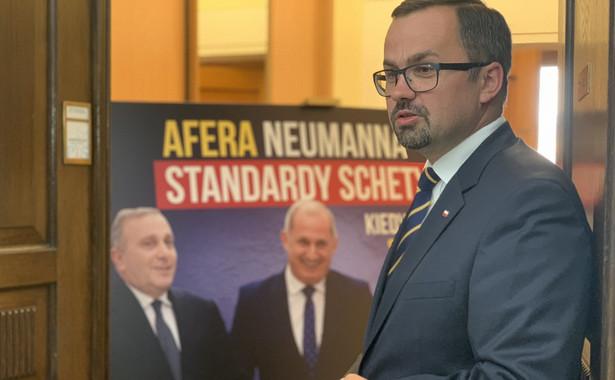 """Marcin Horała prezentuje tablicę """"Afera Neumanna, standardy Schetyny"""" / @PiS"""