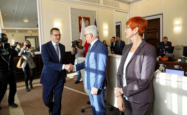 """Jak zaznaczył szef MSZ, w ocenie strony polskiej """"należy poczekać, żeby wprowadzić zmiany, jeżeli taka będzie ostateczna decyzja"""". """"Myślę, że Polska będzie starała się zrealizować te oczekiwania Trybunału, ale należy to zrobić w taki sposób, aby nie zaburzyć funkcjonowania systemu sprawiedliwości w Polsce"""" - powiedział."""