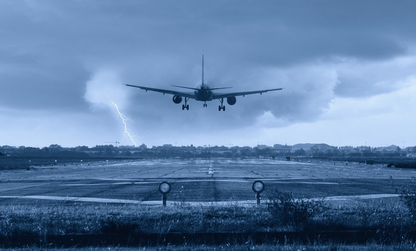 Awaryjne lądowanie w Warszawie. Na pokładzie samolotu zmarł pasażer