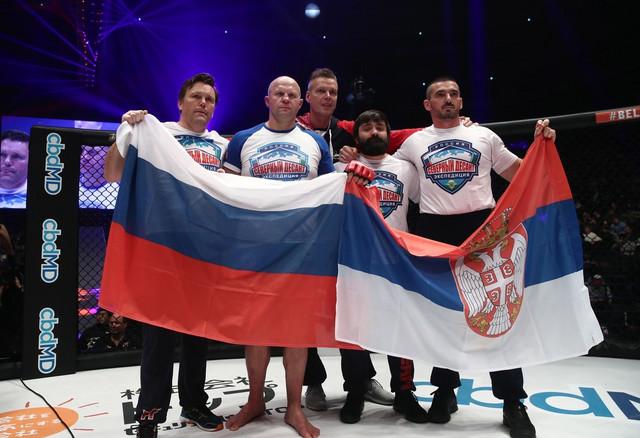 Fjodor Jemeljanenko sa svojom ekipom, ruskom i srpskom zastavom, obeležava kraj karijere
