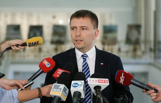 Schreiber oświadczył, że PiS po konsultacji wycofuje projekt ws. podwyżek wynagrodzeń m.in. dla premiera i ministrów.