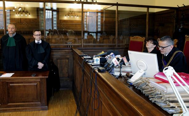 Sędziowie Lucyna Schwarz-Okrzesik i przewodniczący Aleksander Sikora podczas ogłoszenia wyroku w sprawie katastrofy hali Międzynarodowych Targów Katowickich