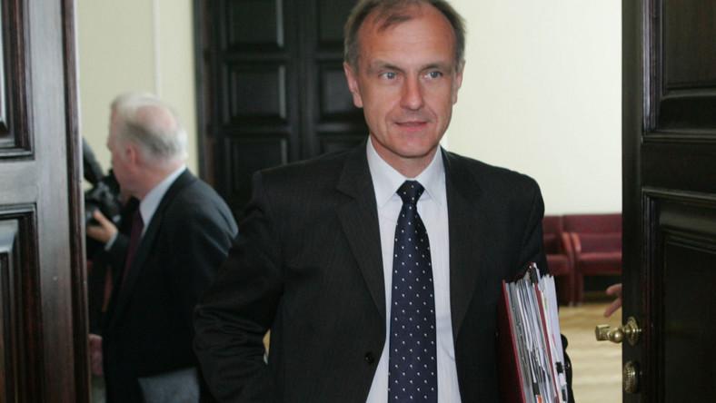 Aferzysta pożyczał ministrowi obrony