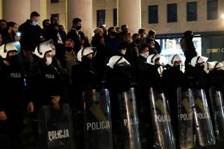 Rzecznik KSP tłumaczy, dlaczego na protestach policjanci mają przy sobie broń