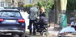 Kasia Tusk na spacerze z córeczką