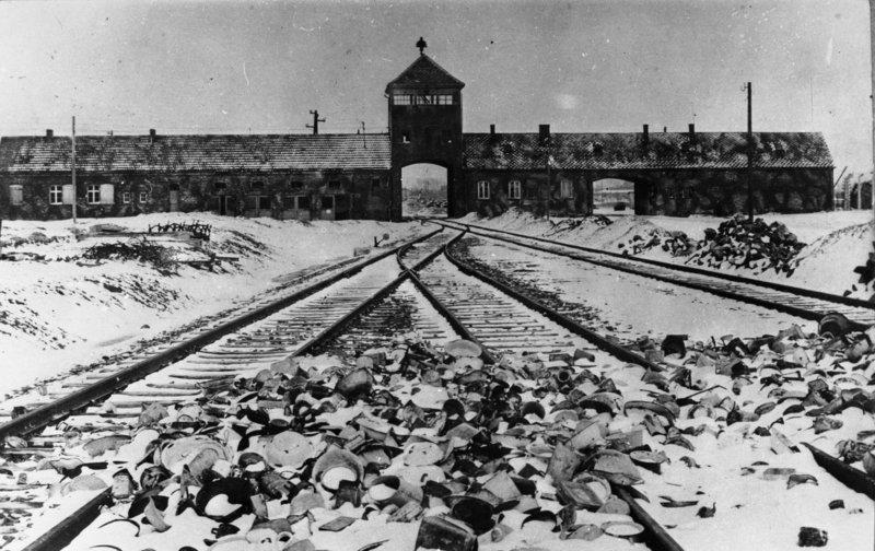 Widok na wjazd do obozu w Auschwitz - domena publiczna