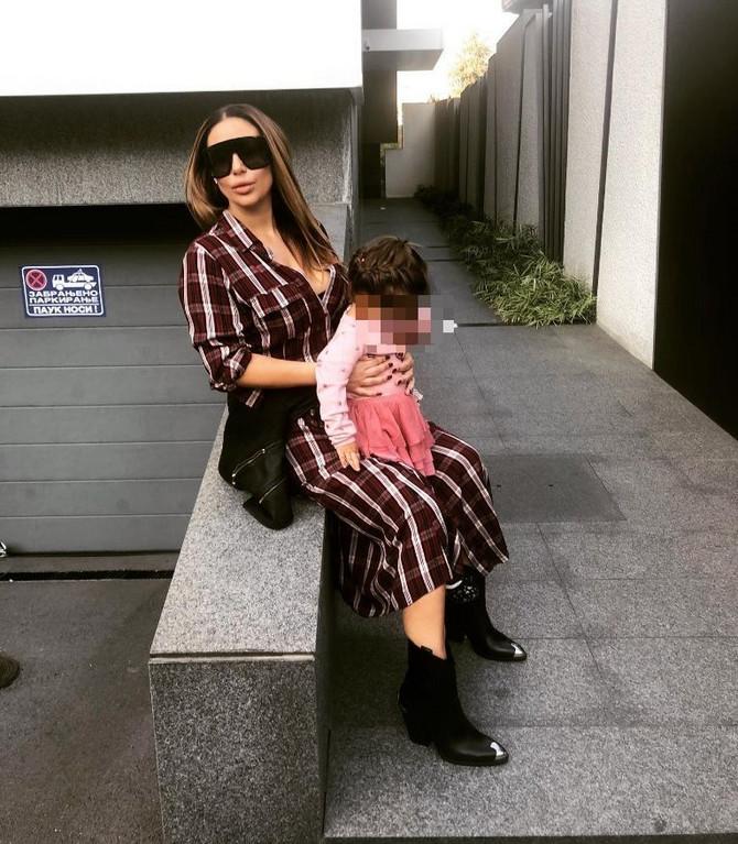 Ana Nikolić sa ćerkicom Tarom