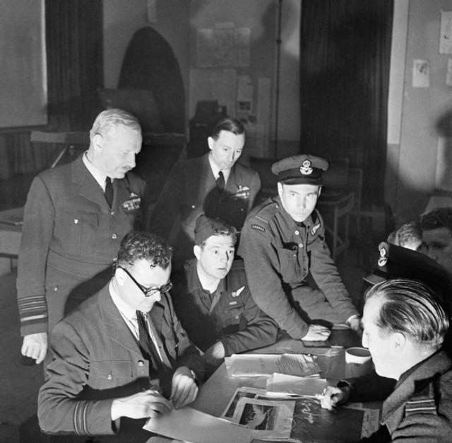 Artur Haris sa oficirima vazduhoplovnih snaga