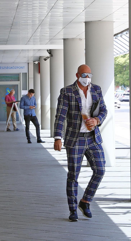 Elegánsan, aBerki-s maszkban érkezett a bíróságra / Fotó: Fuszek Gábor