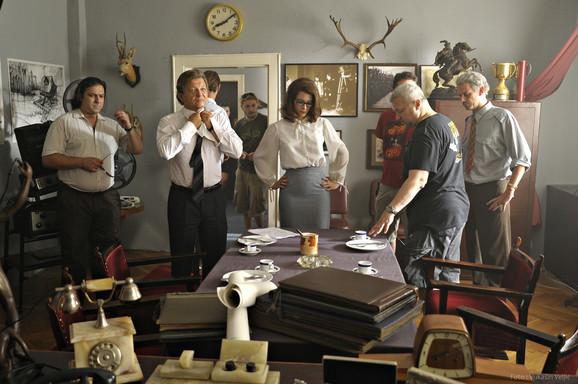 Glumačka ekipa sa rediteljem na setu