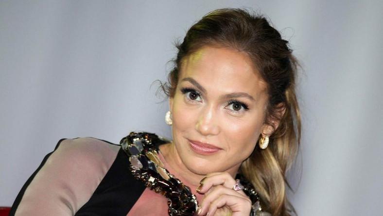 """Na szczycie listy niespodziewanie uplasowała się amerykańska wokalistka i jurorka """"American Idol"""", Jennifer Lopez, która w zeszłym roku nie znalazła się nawet w pierwszej dziesiątce rankingu. Wskakując w tym roku na sam jego szczyt zdeklasowała triumfatorkę z 2011 roku, Lady Gagę, która spadła w zestawieniu aż o cztery oczka w dół. Magazyn """"Forbes"""" przyznał Lopez pierwsze miejsce w rankingu najbardziej wpływowych gwiazd 2012 roku nie tylko ze względu na zarobki, ale i umiejętne kierowanie swoją karierą. Decydujący okazał się udział wokalistki w talent-show """"American Idol"""", w którym zajmuje fotel jurora już od 2 lat"""