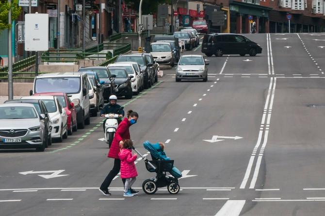 Mama u Španiji sa decom u šetnji