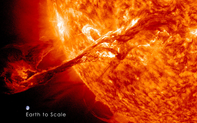 Ogromna erupcija na Suncu 31. avgusta 2012. u uporedbi sa veličinom Zemlje