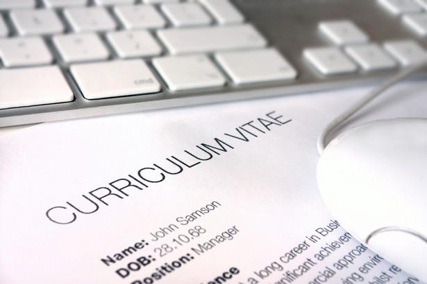 Specjaliści od zatrudnienia dostają dziesiątki CV każdego dnia, często na jedno stanowisko. Jak więc sprawić, by z tej sterty dokumentów, wyłowili nasze? Można oczywiście zatrudnić profesjonalistę, który nam je podrasuje czy zlecić przygotowanie kolorowych infografik. Albo postawić na liczby. Wystarczy kilkanaście minut, a CV i list motywacyjny z amatorskich zmienią się w niezwykłe. Jeśli tylko odpowiednio zmierzymy nasze umiejętności i dokonania. Oto kilka wskazówek.