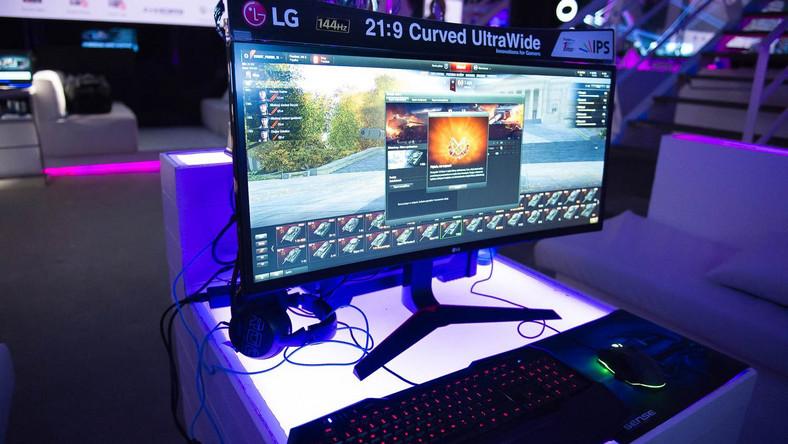 UltraWideTM 34UC79G. Jest to pierwszy na świecie ekran w formacie 21:9 z matrycą IPS, odświeżaną z częstotliwością 144 Hz