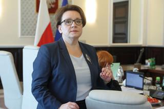 Pomoce naukowe z rekomendacją ministra edukacji: Zalewska promuje zestaw do doświadczeń przyrodniczych po 1000 zł