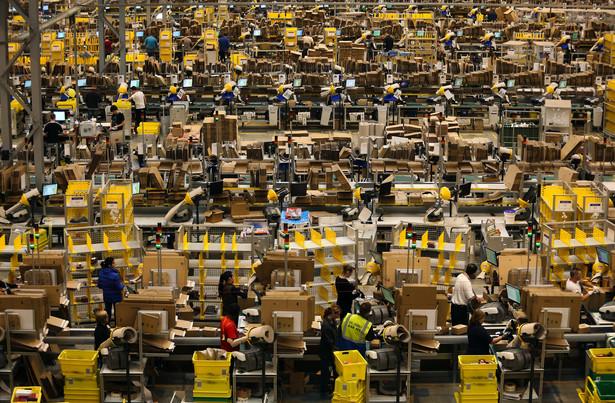 Peterborough, Wielka Brytania. Pracownicy jednego z magazynów Amazona przygowują paczki do wysyłki klientom przed sezonem świątecznym