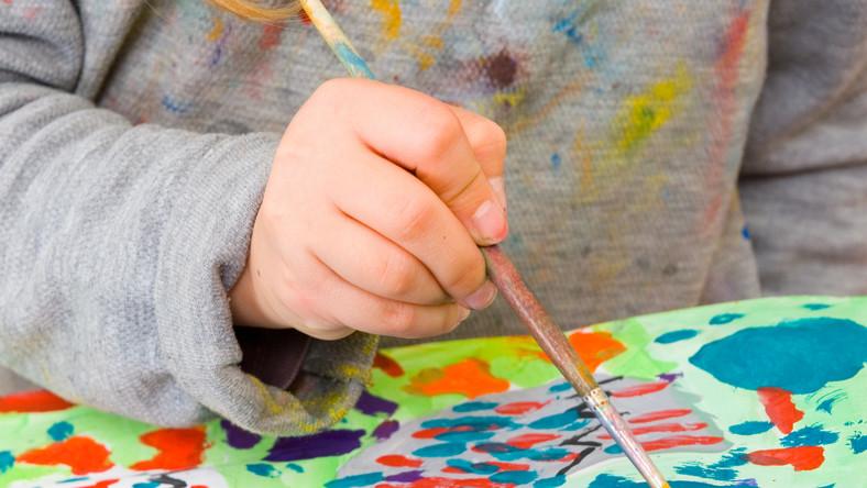 Kolorowani, wodne kolorowanki, malowanie pastelami i temperą, rysowanie konturów które trzeba potem wypełnić kolorem. Wybór jest ogromny. Zastanówmy się co nasze dziecko lubi najbardziej. Na rynku jest bogactwo książeczek, które wzbudzą w naszym dziecku kreatywność artystyczną.