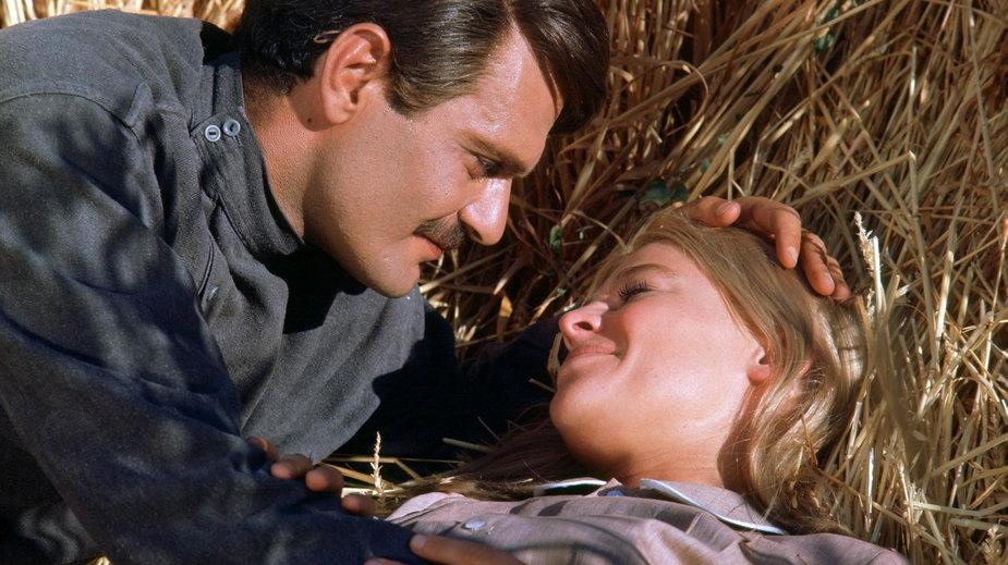 """Omar Sharif i Julie Christie w filmie """"Doktor Żywago"""""""
