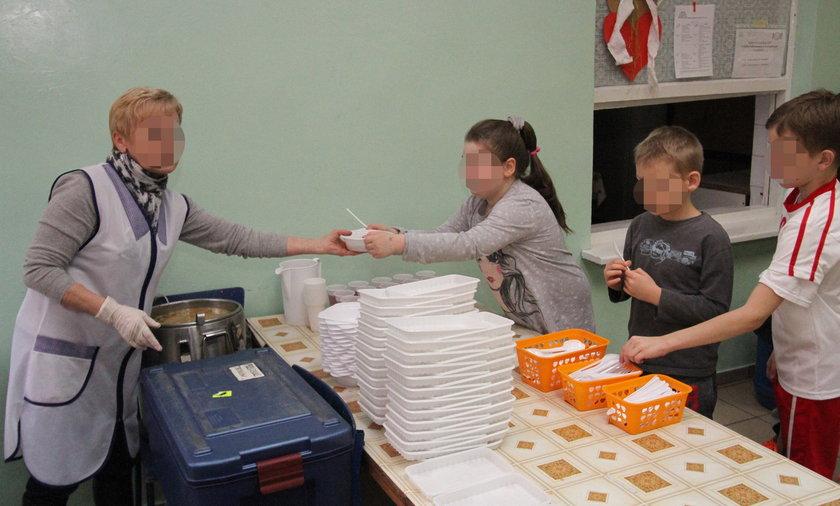 W szkole podstawowej w Gryficach biedniejsze dzieci jędzą z plastikowej zastawy. Stoją też w osobnej kolejce