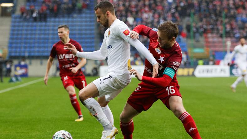 Zawodnik Wisły Kraków Jakub Błaszczykowski (P) i Marcin Cebula (L) z Korony Kielce podczas meczu piłkarskiej Ekstraklasy