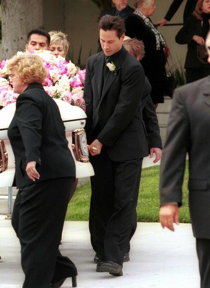 Kijanu Rivs na sahrani Dženifer Sajm